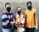 सफाई कर्मियों पर लोगों ने बरसाए फूल, हार पहनाकर किया स्वागत