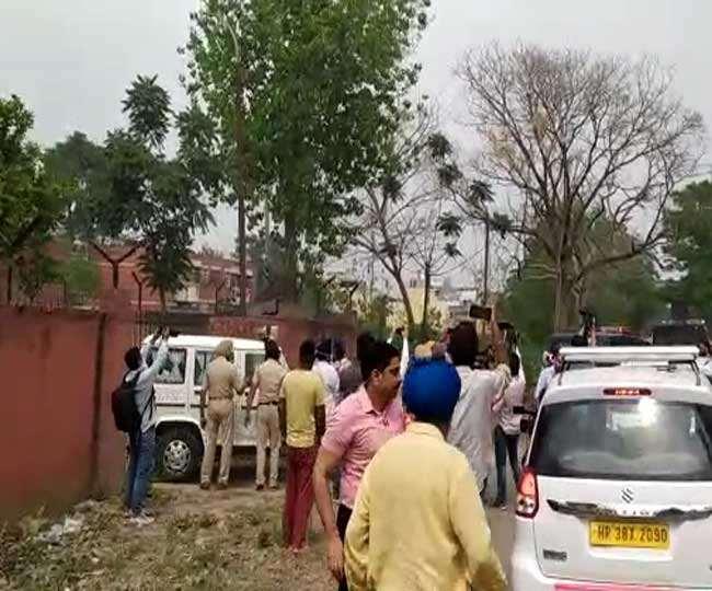रूपनगर जेल से मुख्तार अंसारी को लेकर रवाना हाेती यूपी पुलिस की गाडि़यां। (जागरण)