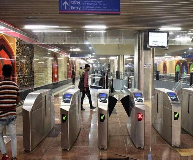 पटेल चौक, नई दिल्ली, चावड़ी बाजार और चांदनी चौक मेट्रो स्टेशनों पर एंट्री गेट बंद कर दिया गया है।