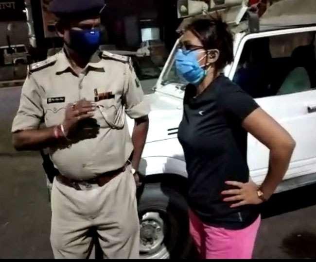 पटना के बोरिंग रोड चौराहे पर पुलिस से उलझती युवती। जागरण
