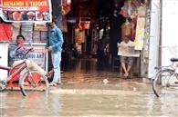 रोड और नाला हुए एक, घर व दुकानों में घुसा पानी