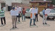 स्कूल फीस व बिजली, पानी का बिल माफ करने के लिए प्रदर्शन