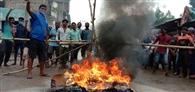 बम धमाकों के खिलाफ सड़क पर आगजनी, लोगों ने पुलिस को खदेड़ा