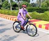 साइकिल से एम्स ऋषिकेश पहुंचे निदेशक रवि कांत, शारीरिक दूरी बनाने का दिया संदेश