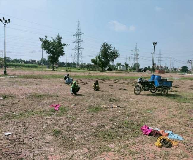 लुधियाना के गांव हमबड़ा दाना मंडी में सफाई करते श्रमिक।
