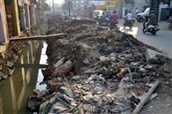 नाली से कचरा निकाल डाल दिया सड़क पर, बढ़ा रहा प्रदूषण