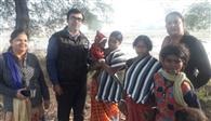 जरूरतमंदों को ठंड से बचाने के लिए वितरित किए कंबल