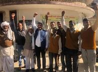 सचिव के समिति में न मिलने पर किसानों ने काटा हंगामा