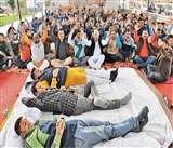 Jammu Kashmir: भूख हड़ताल पर बैठे पंच-सरपंचों ने कहा उपराज्यपाल के अलावा वे किसी से बात नहीं करेंगे