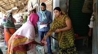 सोनारचक गांव में गरीबों के बीच खाद्यान्न बंटा