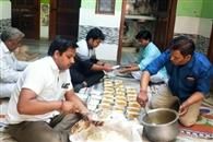 गरीबों को विभिन्न संगठनों ने बांटे खाने के पैकेट और खाद्य सामग्री