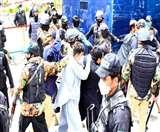 Coronavirus: पाक में सुरक्षा उपकरणों की कमी का विरोध कर रहे डॉक्टर और स्वास्थ्य कर्मचारी गिरफ्तार