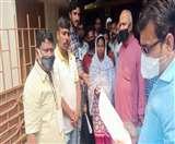 पुलिस पर लगे आरोप की होगी जांच, मृतक युवक की मां को मिलेगी नौकरी ; वार्ता के बाद पोस्टमोर्टम पर रजामंदी Jamshedpur News