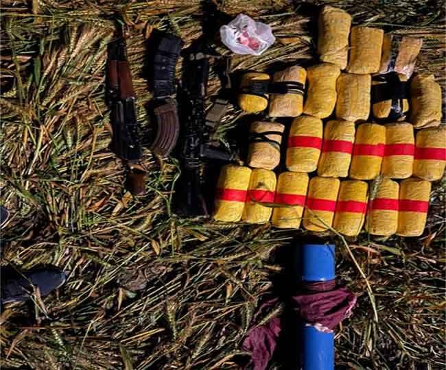 मारे गए पाकिस्तानी घुसपैठिए के पास से बरामद हथियार व नशे की खेप। (जागरण)