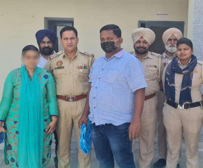 पुलिस अधिकारियों के साथ आडिशा की महिला। (जागरण)