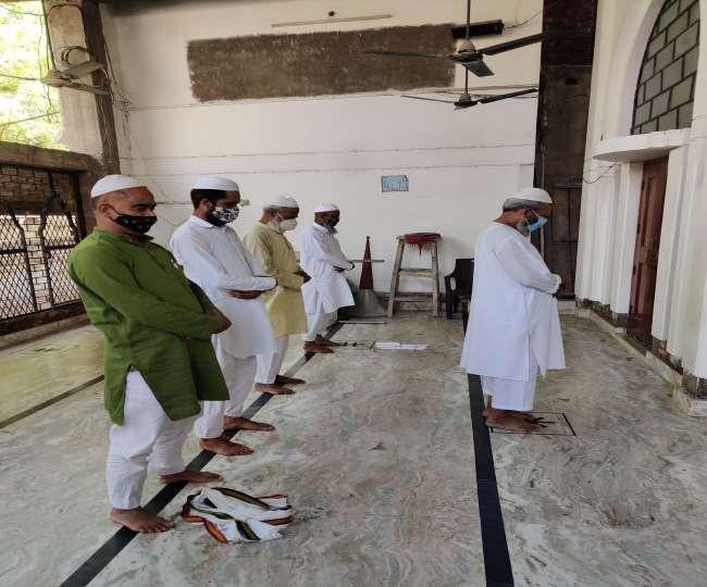 मस्जिद में जुमे की नमाज अता करते पांच लोग।