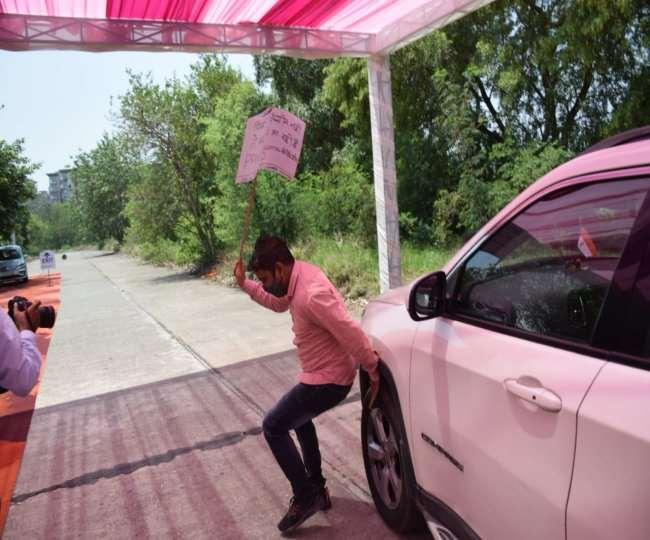 डिप्टी सीएम की कार पर फेंकी लकड़कियां
