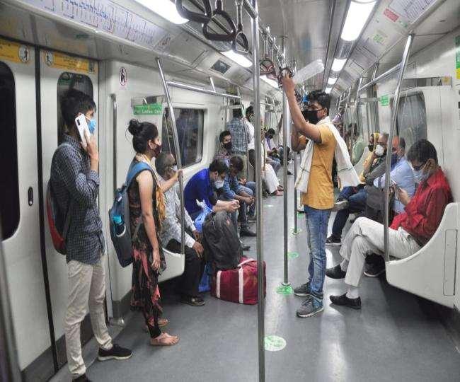 मेट्रो के हर कोच में लोग खड़े होकर सफर करते देखे गए।