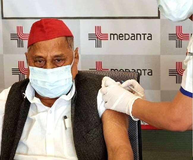 सपा के संस्थापक मुलायम सिंह यादव ने सोमवार को कोरोना के टीके की पहली डोज लखनऊ में लगवाई है।