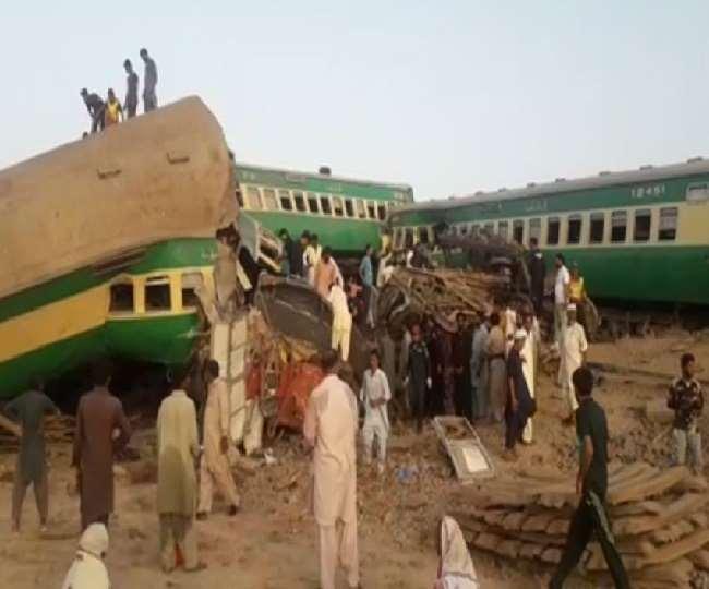 पाकिस्तान में बड़ा रेल हादसा। (फोटो: ट्विटर/रेडियो पाकिस्तान)