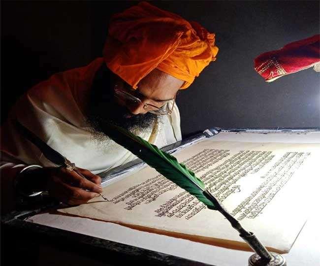 श्री गुरु ग्रंथ साहिब का लेखन करते मनकीरत सिंह। (मनकीरत सिंह द्वारा उपलब्ध कराया गया)