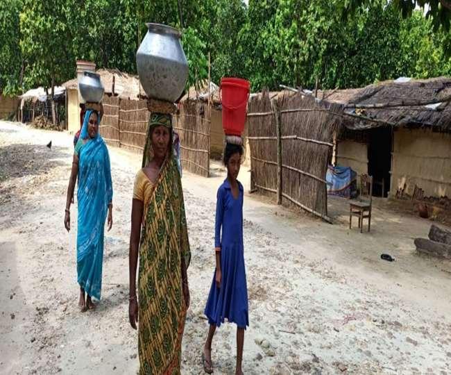 बिहार के इस गांव की महिलाओं-बच्चियों को पानी लाने के लिए हर दिन तय करनी पड़ती है छह किमी की दूरी