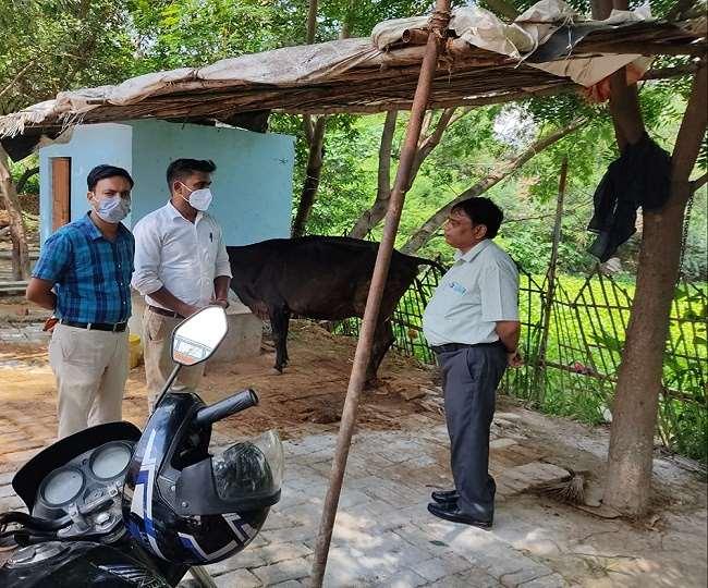 स्वास्थ्य कर्मियों से बात करते एसीएमओ डॉ आर्यन सिंह