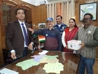सशस्त्र झंडा दिवस पर उपायुक्त ने सैनिकों की सहायता के लिए किया दान
