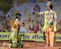 कृष्ण लीला में बांटा गीता का ज्ञान