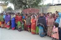 कार्रवाई की मांग को ले ग्रामीणों ने किया थाने का घेराव
