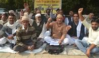 किसानों पर दर्ज मुकदमे वापस लेने की मांग को धरना