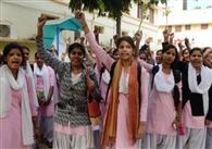 स्नातक में नामांकन की मांग को ले छात्राओं ने किया हंगामा