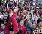 आंगनबाड़ी कार्यकर्त्रियों ने किया सीएम आवास कूच, पुलिस ने रोका Dehradun News