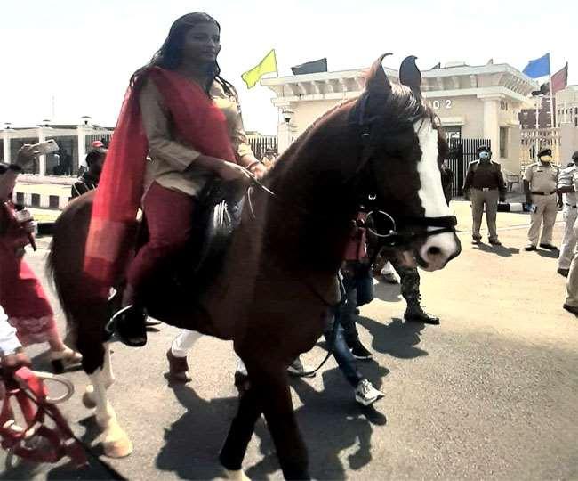 Jharkhand Ranchi News घोड़े पर विधानसभा पहुंची अंबा प्रसाद।