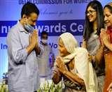 उत्कृष्ट कार्य करने वाली महिलाओं को सम्मानित करते हुए सीएम केजरीवाल