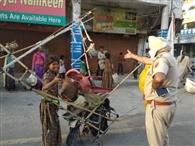 सड़क किनारे रहे रहे लोगों ने निर्माणाधीन इमारत में किया ठहरने से किया इकट्ठा