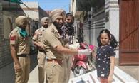 कर्फ्यू में सहयोग कर रहे बच्चों को पुलिस ने दिए फूल