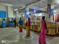 बैंक कर्मी खुद के इंतजामों से कर रहे फिजिकल डिस्टेंस का पालन