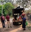 सारंडा के गांवों में वन विभाग ने बांटी 400 पैकेट राहत सामग्री