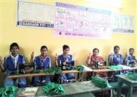 आइटीआइ की छात्राएं बना रहीं ग्रामीणों के लिए मास्क