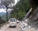 पहाड़ से बार-बार मलबा आने के कारण ऑल वेदर रोड पर आवागमन ठप nainital news