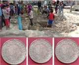 Viral photos : गड्ढे में बच्चों को मिले ब्रिटिशकालीन सिक्के, 18वीं सदी के हैं