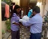Positive India: श्रीलंका के राजदूत ने मांगी लखनऊ डीएम से मदद, छात्रों तक पहुंची राहत सामग्री