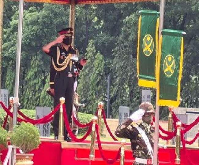 बांग्लादेश पहुंचे सेना प्रमुख ने दी बहादुर सैनिकों को श्रद्धांजलि, नरवणे को 'गार्ड ऑफ ऑनर' से नवाजा गया