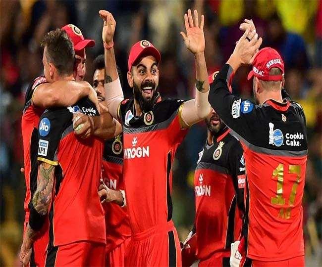 विराट कोहली के साथ आरसीबी के अन्य खिलाड़ी (एपी फोटो)
