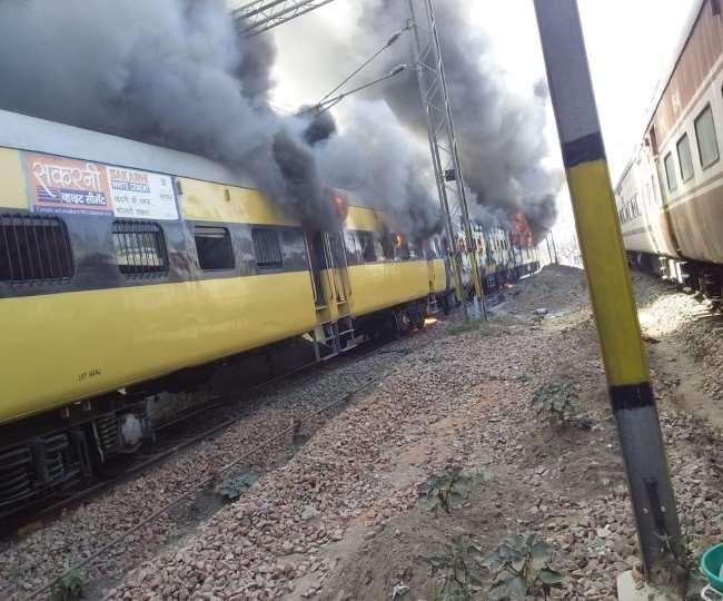 रोहतक में दिल्ली के लिए जाने वाले पैसेंजर ट्रेन में आग लग गई