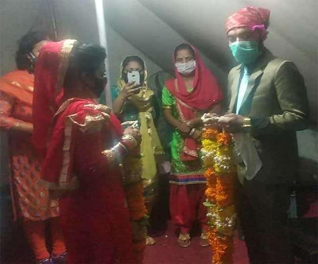 अनोखी शादियां: बॉर्डर पर ही दूल्हों काे रोका, दुल्हनों ने सीमा पर पहुंचकर पहनाई वरमाला