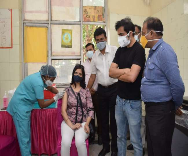 सांसद गौतम गंभीर ने मंगलवार को गीता कालोनी में टीकाकरण अभियान की शुरुआत की।