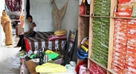 बांस के सहारे छत पर पहुंच चोरों ने घर से की लाखों की चोरी
