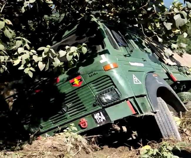 गगल एयरपोर्ट के पास कुठमां में सेना का ट्रक अनियंत्रित होकर सड़क से लुढ़का Kangra News